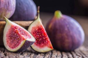 Picture of figs on a table